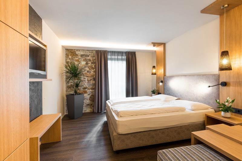 doppelzimmer_mit_steinmauer_c_tobias_mueller_hotel_botango
