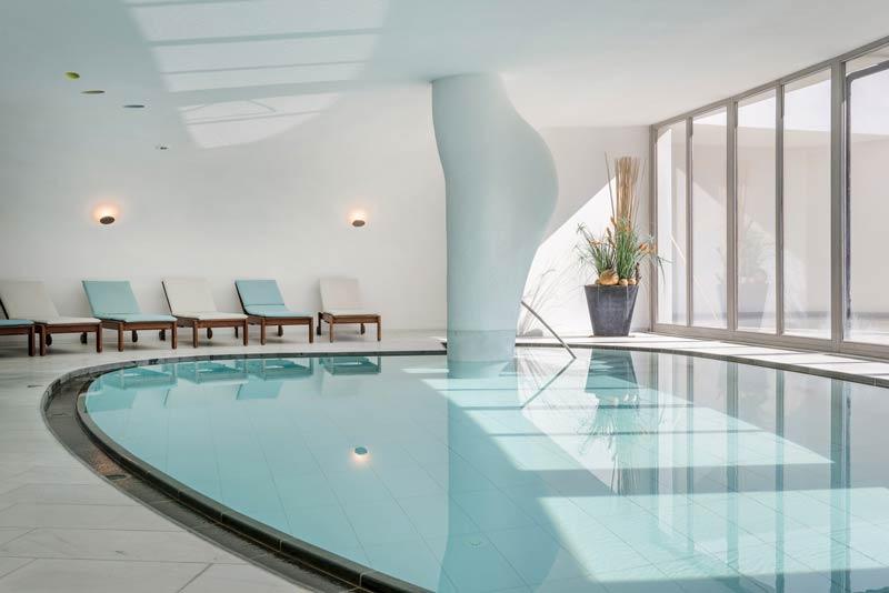 indoorpool_mit_fensterfront_c_guenter_standl_hotel_botango