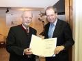 BILD zu OTS - Brau Union Österreich Generaldirektor Markus Liebl (rechts) erhält Ehrenring der Stadtgemeinde Wieselburg von Bürgermeister Günther Leichtfried