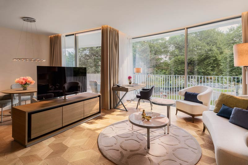 The-Fontenay_Executive-Suite_Wohnzimmer-mit-TV