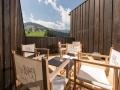 Terrasse_mit_Blick_ins_Gruene__Hotel_Der_Loewe_
