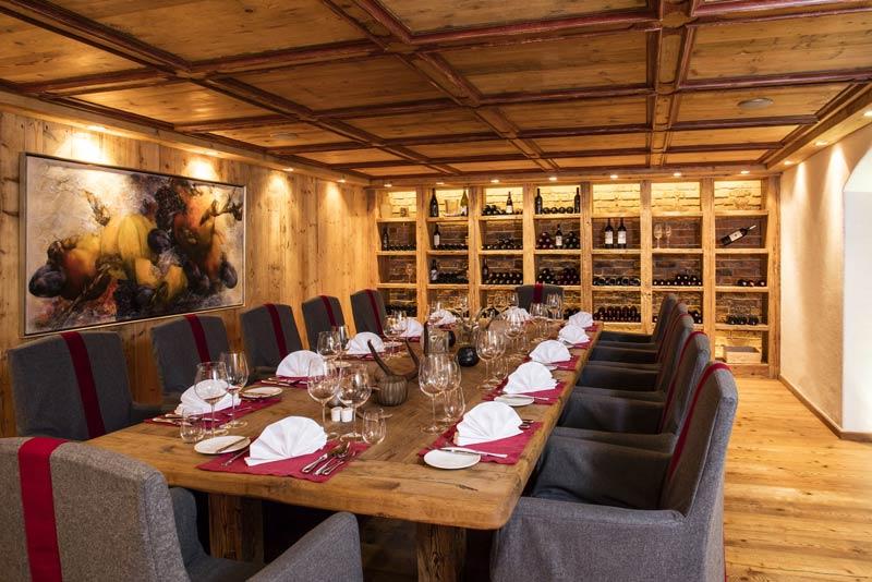 Hotel-Kitzhof_Vinothek-mit-gedecktem-Tisch