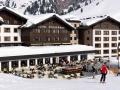 aussenansicht_des_hotels_zuerserhof_mit_sonnenterrasse_im_winter_c_sfh_bildkommunikation_hotel_zuerserhof