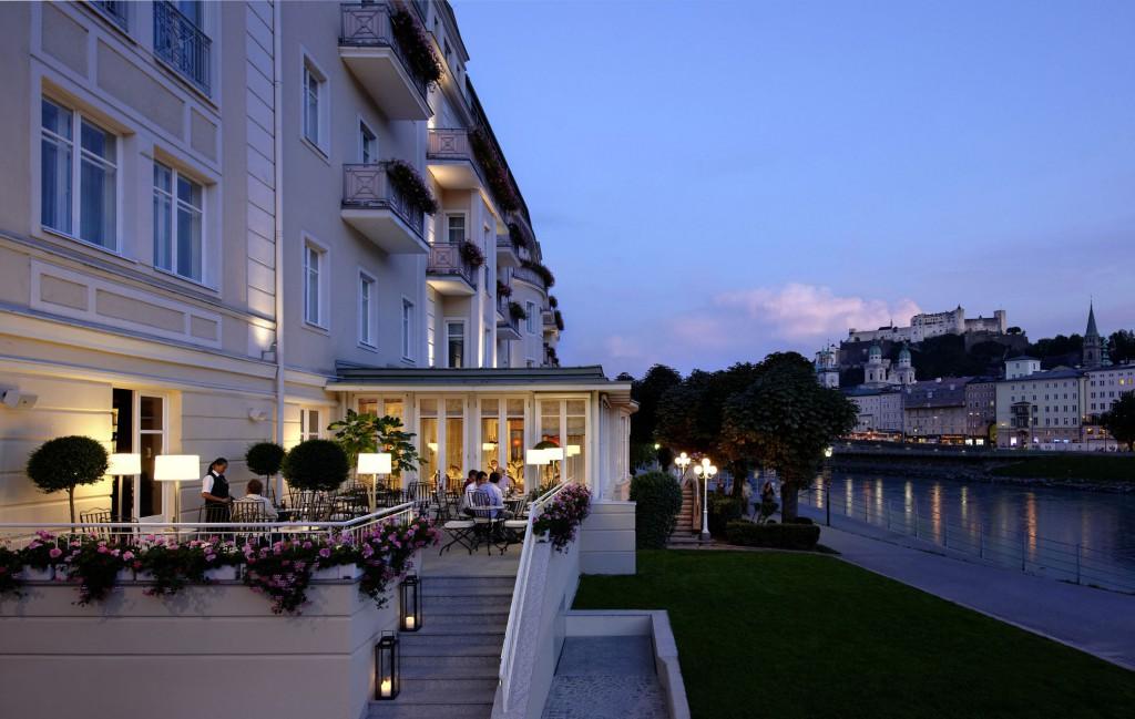 Terrasse vom Hotel Sacher bei Nacht.