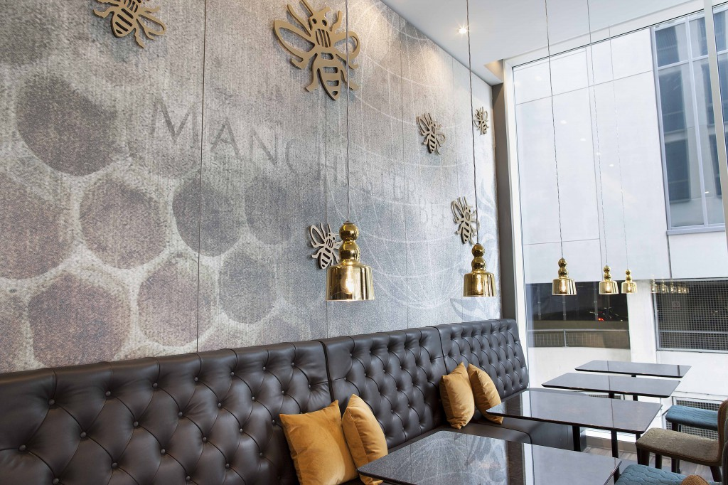 Bild 1_Motel One Manchester Piccadilly_One Lounge_C_Motel One