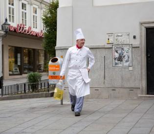 Gymnasiasten und Austria Trend Hotels kochen in der Gruft