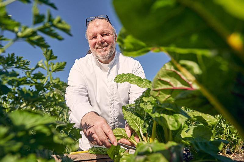 Martin lackner im Gemüsegarten