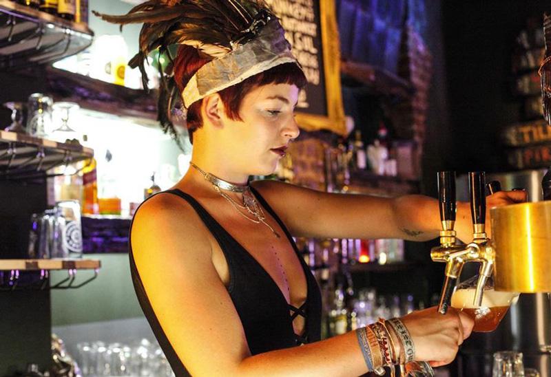 Barkeeperin beim Bierzapfen