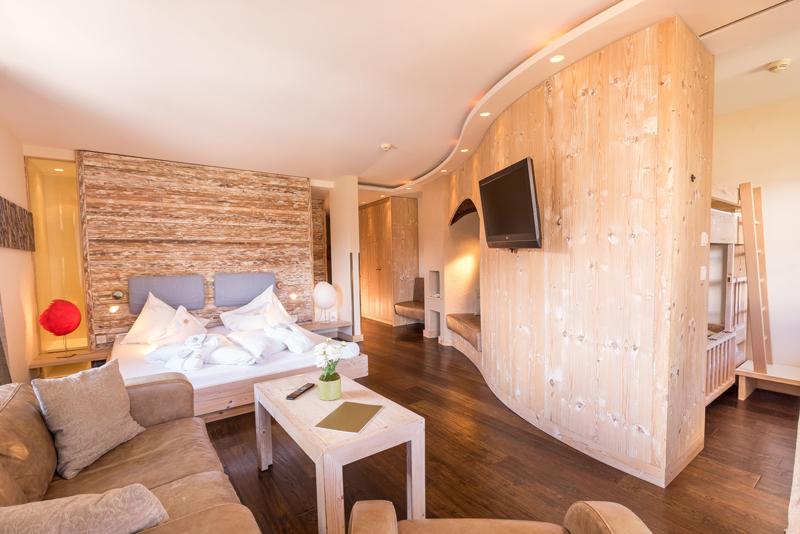 familienzimmer_im_holzstil_c_www.360perspektiven.at_leading_family_hotel_resort_alpenrose