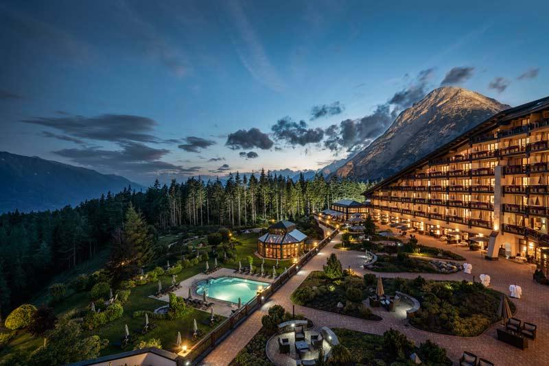 Interalpen Hotel Tyrol Aussenansicht_Nacht_2018