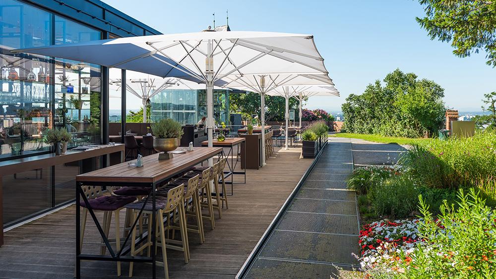 Stimmiges Gesamtbild: Großschirme sind ein wichtiges Gestaltungselement auf der gastronomischen Terrasse. Quelle: Bahama GmbH